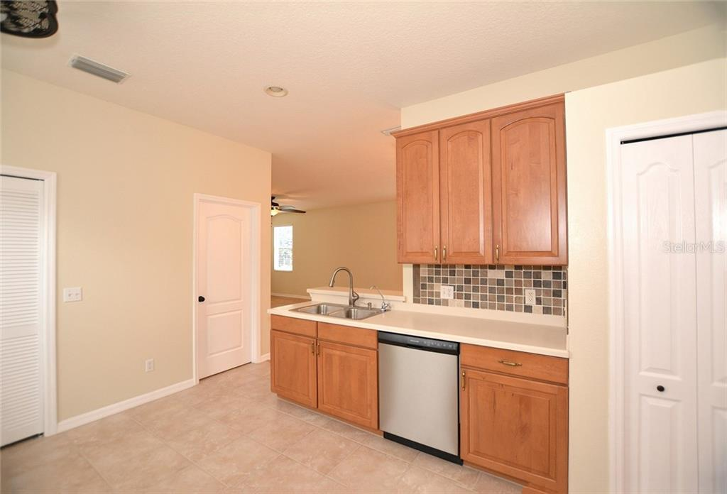 Kitchen - Single Family Home for sale at 6320 Robin Cv, Lakewood Ranch, FL 34202 - MLS Number is A4205857