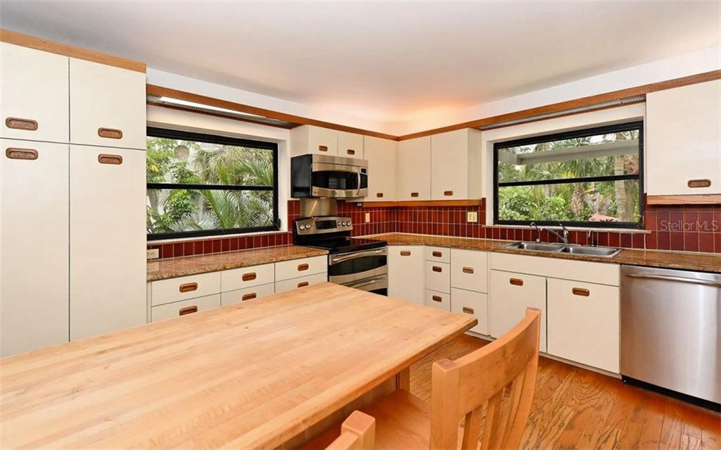 Kitchen with eat in table - Condo for sale at 3440 Gulf Of Mexico Dr #8, Longboat Key, FL 34228 - MLS Number is A4214047