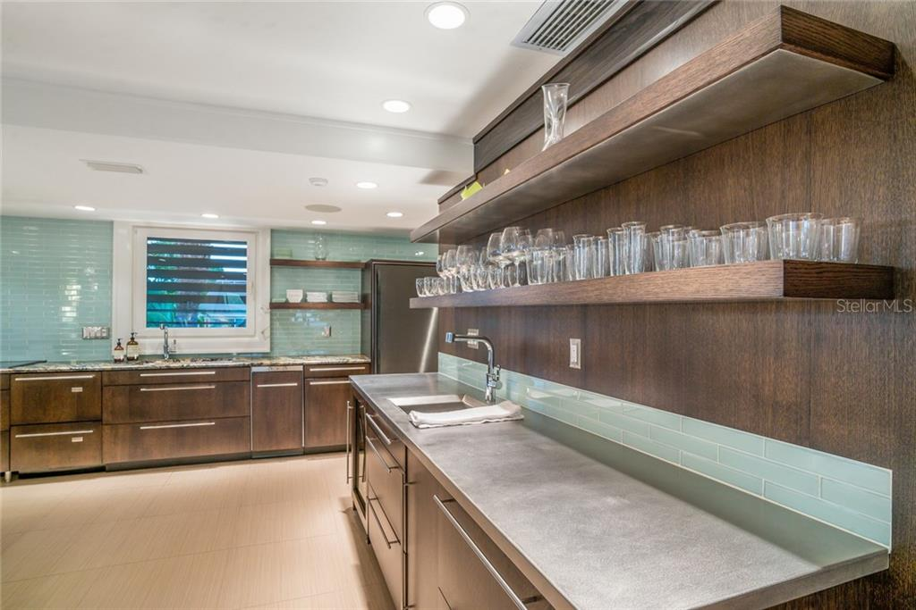 Kitchen & stainless wet bar - Townhouse for sale at 222 Beach Rd #4, Sarasota, FL 34242 - MLS Number is A4416747