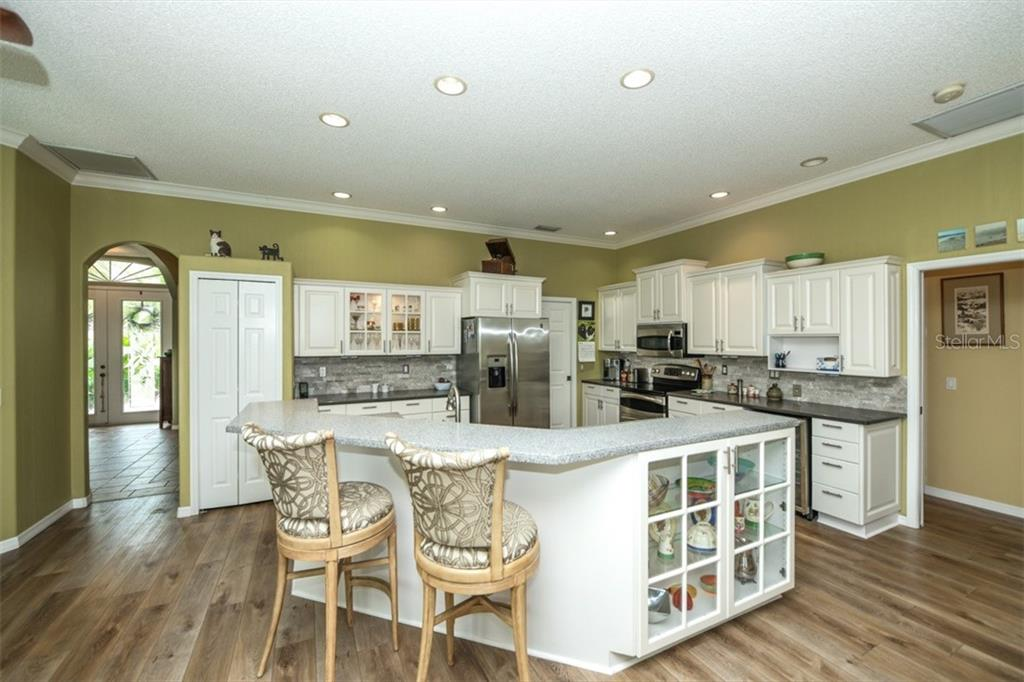 Kitchen with eating bar - Single Family Home for sale at 6161 Varedo Ct, Sarasota, FL 34243 - MLS Number is A4422883