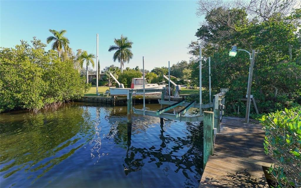 10,000 lb. boat lift - Single Family Home for sale at 510 63rd St Nw, Bradenton, FL 34209 - MLS Number is A4424601
