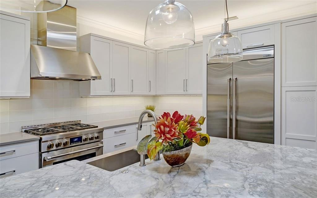 An elegant looking kitchen with high end appliances - Single Family Home for sale at 6510 Field Sparrow Gln, Lakewood Ranch, FL 34202 - MLS Number is A4457243