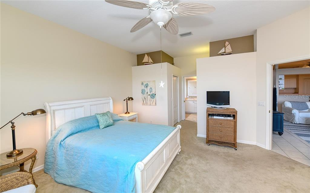 Large bedroom & two walk-in closets - Villa for sale at 4605 Samoset Dr, Sarasota, FL 34241 - MLS Number is A4463082
