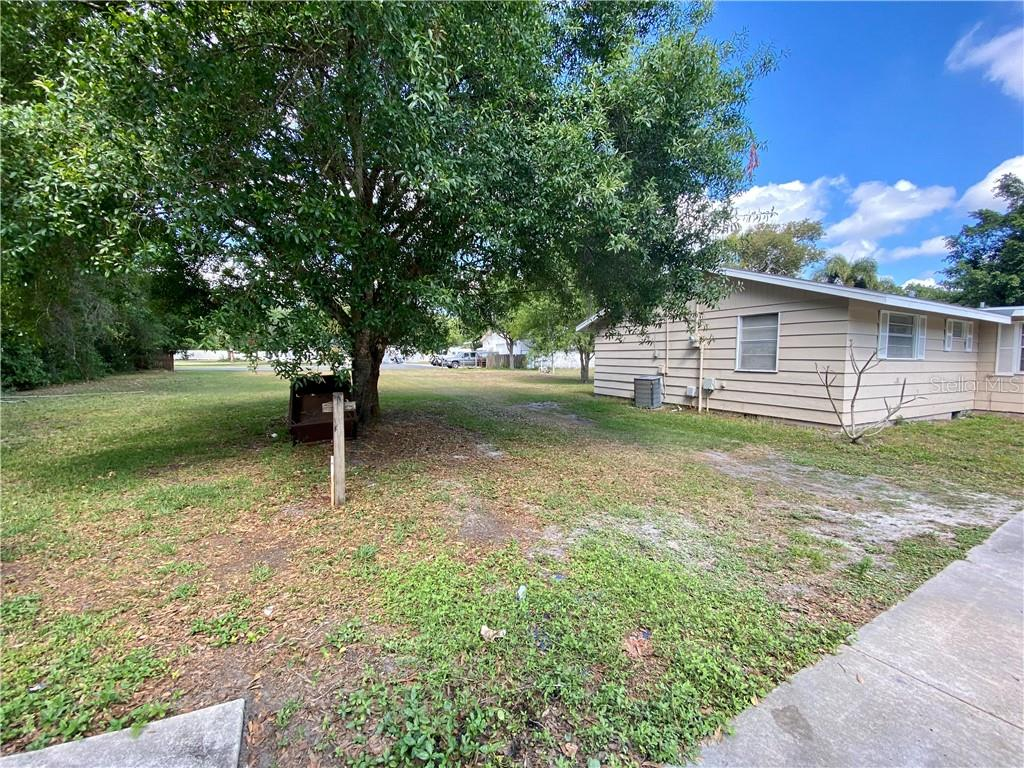 Left side yard - Single Family Home for sale at 4300 Eastern Pkwy, Sarasota, FL 34233 - MLS Number is A4464200