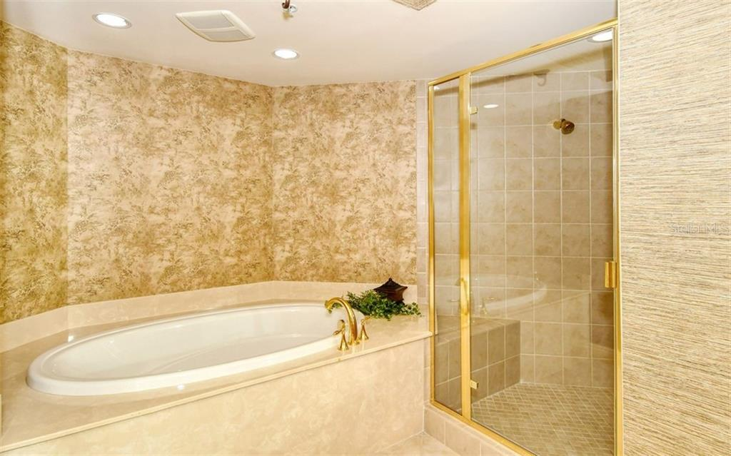 Master bath with soaking tub - Condo for sale at 50 Central Ave #14b, Sarasota, FL 34236 - MLS Number is A4487974
