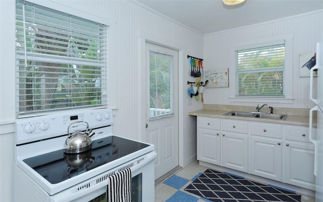 Guest house: Entrance and kitchenette. - Single Family Home for sale at 542 Ohio Pl, Sarasota, FL 34236 - MLS Number is A4488498