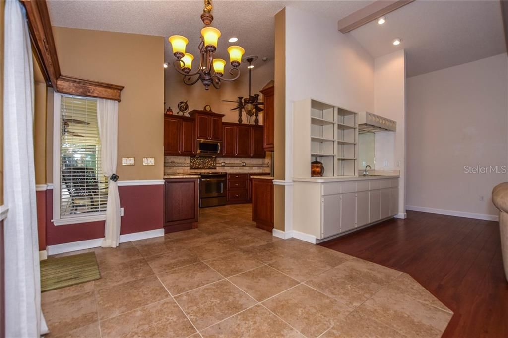 Kitchen - Single Family Home for sale at 512 Warwick Dr, Venice, FL 34293 - MLS Number is N5912872