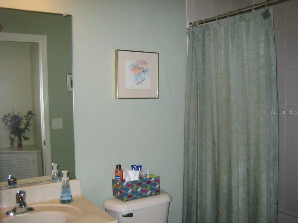 Guest bath with tub/shower combo - Villa for sale at 1445 Maseno Dr, Venice, FL 34292 - MLS Number is N5916837
