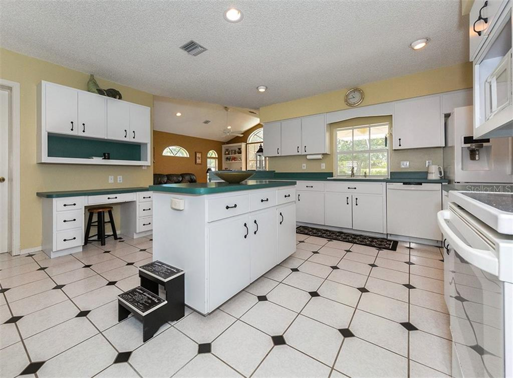 Single Family Home for sale at 620 Valencia Rd, Venice, FL 34285 - MLS Number is N6100912