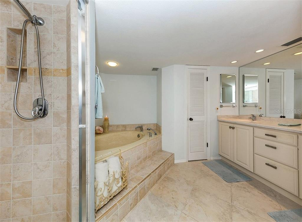 Condo for sale at 550 Flamingo Dr #202, Venice, FL 34285 - MLS Number is N6102587
