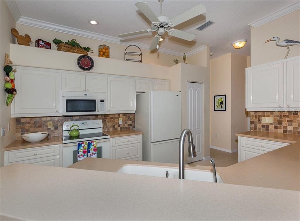 Kitchen - Single Family Home for sale at 627 Lakescene Dr, Venice, FL 34293 - MLS Number is N6103268
