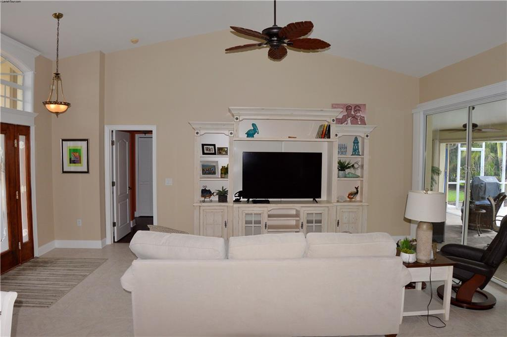 Living room - Single Family Home for sale at 537 Lake Of The Woods Dr, Venice, FL 34293 - MLS Number is N6106043