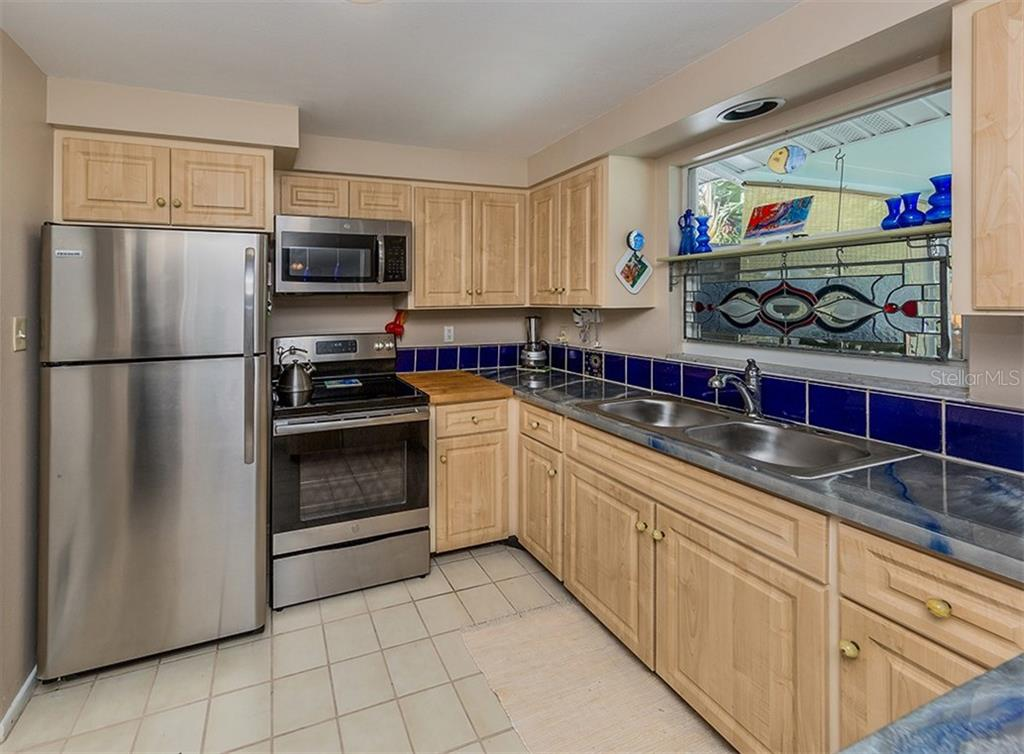 Kitchen - Single Family Home for sale at 429 Beach Park Blvd, Venice, FL 34285 - MLS Number is N6106119