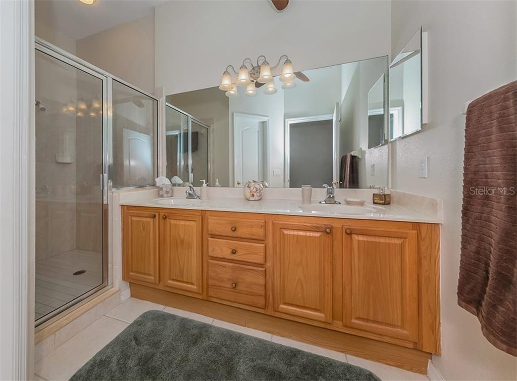 Master bath - Condo for sale at 806 Ravinia Cir #806, Venice, FL 34292 - MLS Number is N6106331