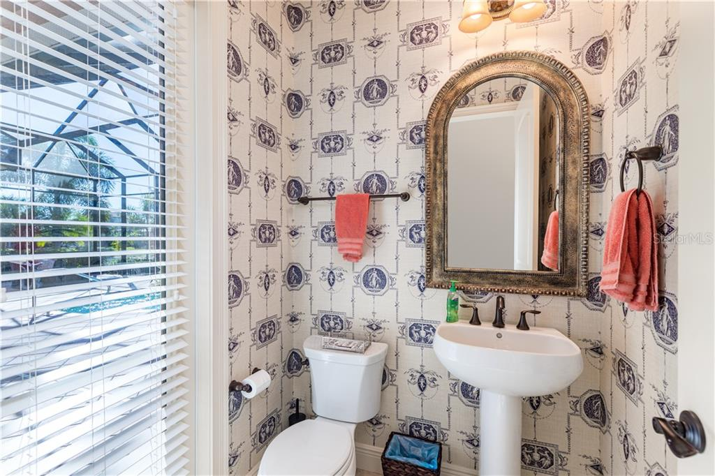 Dual sink, tub and shower bathroom connecting second and third bedrooms - Single Family Home for sale at 14710 Leopard Creek Pl, Lakewood Ranch, FL 34202 - MLS Number is A4442202